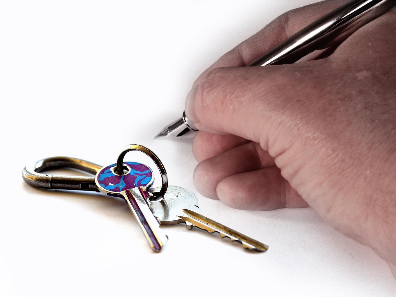 hand_key_house_keys