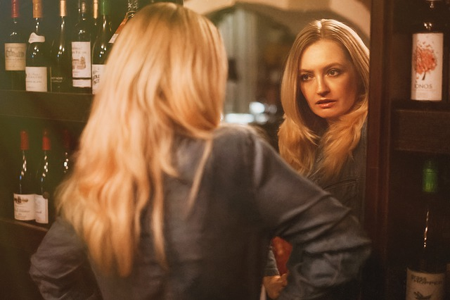 žena před zrcadlem