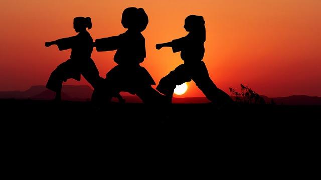 tři děti cvičí karate