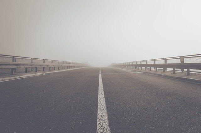 silnice s nerezovým zábradlím