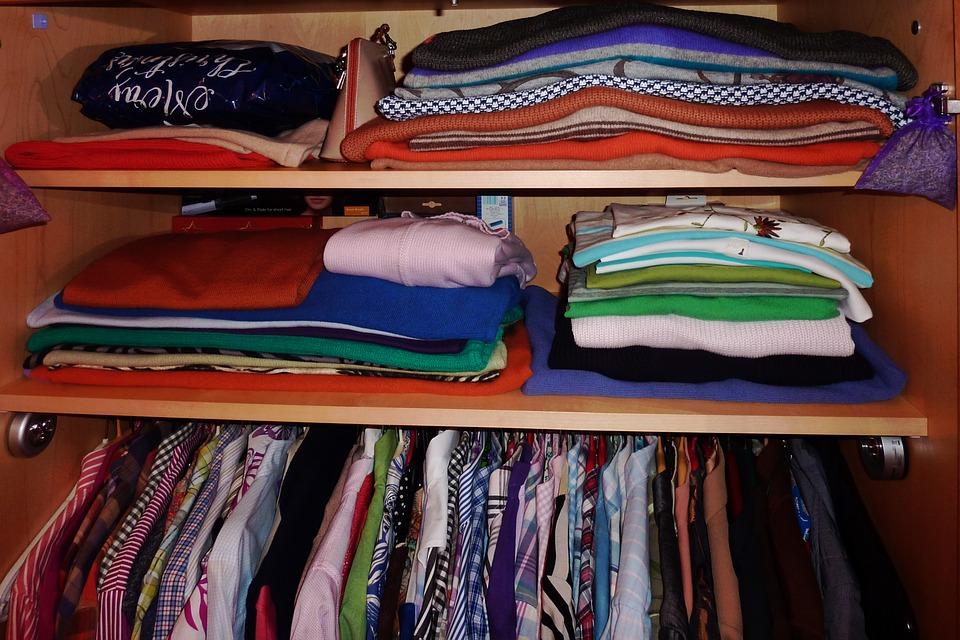 oděvy ve skříni